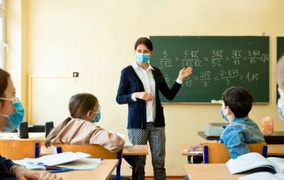 Vor mai putea preda profesorii nevaccinați?