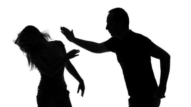 Și-a lovit iubita după ce s-au certat