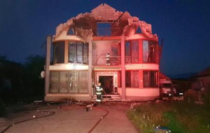 Case distruse de incendiu. Viața unui pompier pusă în pericol!