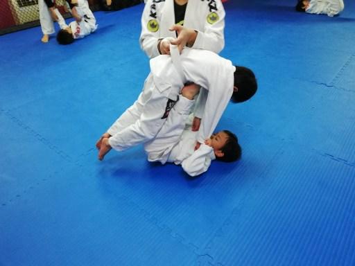 キッズブラジリアン柔術小金井教室の練習風景、柔道の巴投げ
