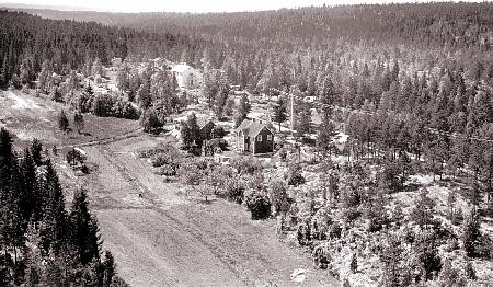 Her ser vi et gammelt flyfoto av Granberg fra nord. Området er i dag bebygget med blokker og butikker. (foto: Fra Bjørndal historielag)