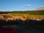 Stor aktivitet på Åsland riggområde med mange anleggsmaskiner. Arbeider foregår store deler av døgnet - også i helger, men avsluttes innen kl 23:00. (foto: Sven Brun)