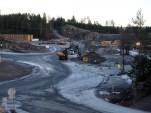 Etter kommunens anbefaling, er Maurtuveien (øverst i bildet) nå permanent stengt for utkjøring ved anleggsområdet. (foto: Sven Brun)