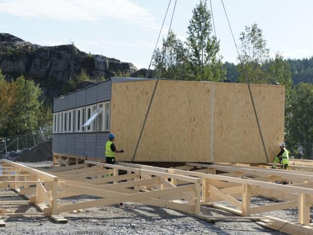 Brakkeelement til den nye kantinen ved Åsland riggområde heises på plass. (foto: Acciona Ghella JV / Jernbaneverket)