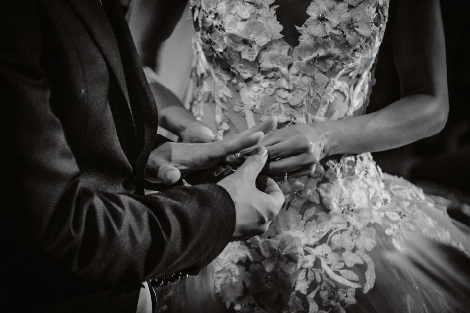 Dettaglio Mani, Matrimonio lago d'Iseo