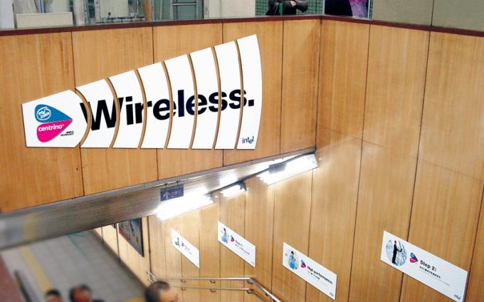 インテル セントリーノ4つの特徴 地下鉄ジャック駅構内広告