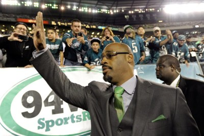 Former Eagles quarterback Donovan McNabb, who had his No. 5 jersey retired in September 2013, waves to the crowd. (AP Photo/Michael Perez)