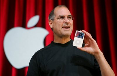 In this Oct. 12, 2005 file photo, Apple Computer Inc. CEO Steve Jobs holds up an iPod during an event in San Jose, Calif. Jurors in a class-action lawsuit against Apple Inc. on Tuesday, Dec. 2, 2014 saw emails from the late CEO and his top lieutenants that show Jobs was determined to keep Apple's popular iPod music players free from songs that were sold by competing online stores. (AP Photo/Paul Sakuma, File)