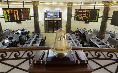 Egyptian traders work on the floor of the stock market in Cairo, Egypt, Thursday, Nov. 27, 2014.  (AP Photo/Amr Nabil)
