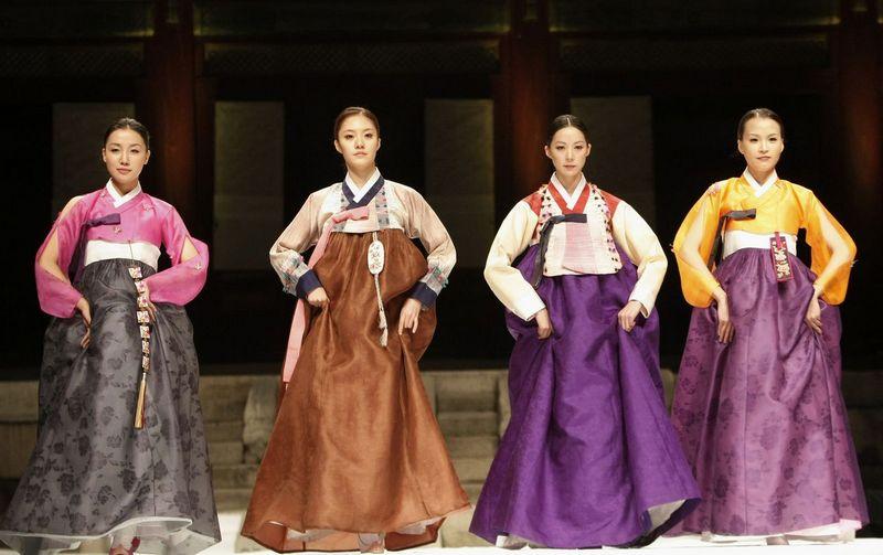 gadis korea mengenakan pakaian tradisional hanbok