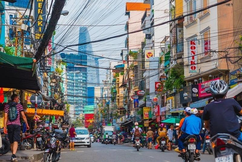 Lalu lintas dan pertokoan di Bui Vien Street Saigon, Vietnam