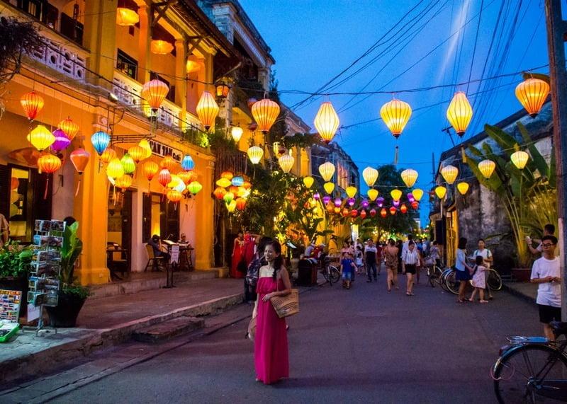 lampion dan suasana malam di kota tua hoi an, vietnam