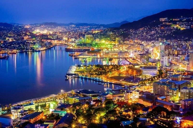 panorama malam hari kota nagasaki, jepang
