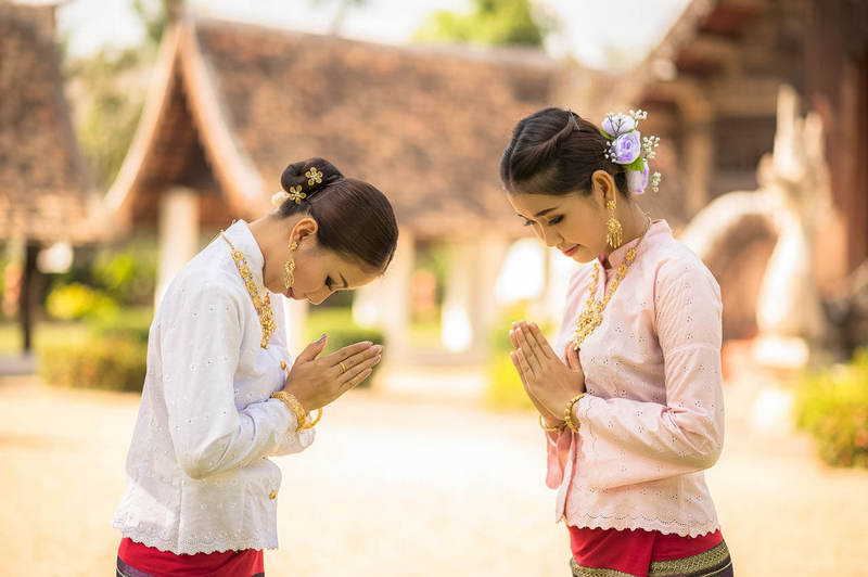 dua perempuan melakukan salam wai dari thailand