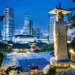 panorama kota seoul dengan patung budha di malam hari