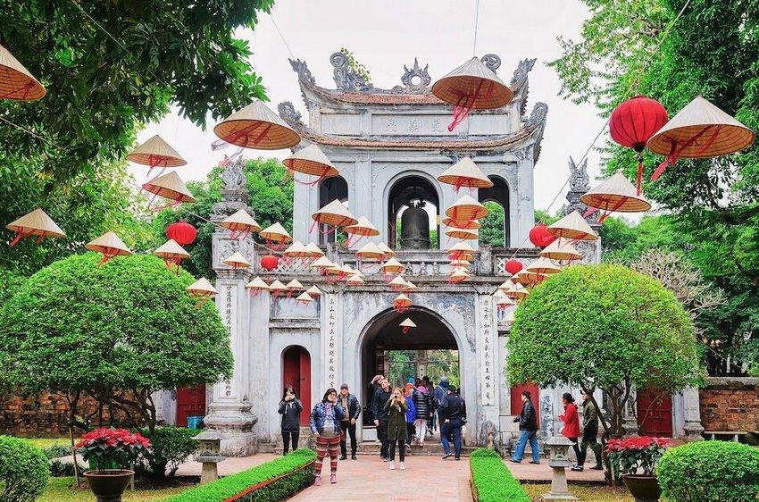 Suasana dan pengunjung di Temple of Literature, Vietnam
