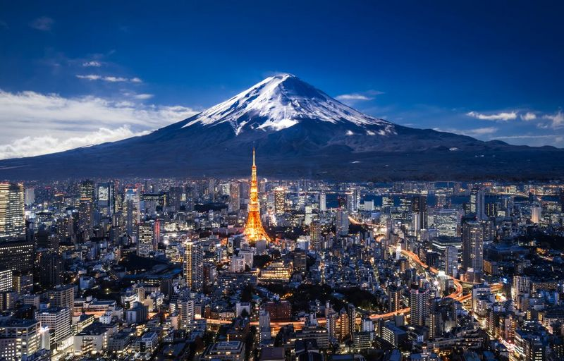 tokyo tower dengan latar belakang gunung fuji