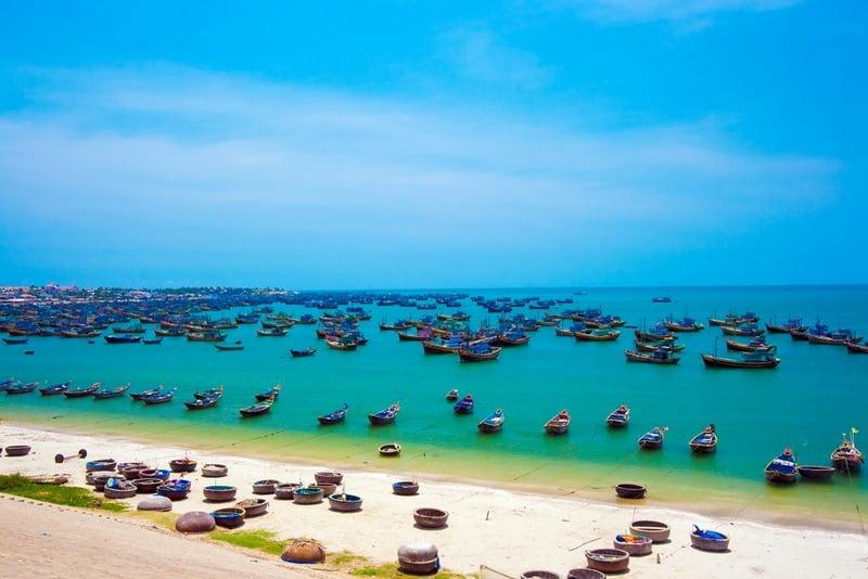 deretan perahu di pantai mui ne, vietnam