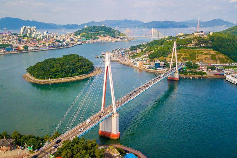 panorama jembatan dan sungai kota yeosu, korea selatan