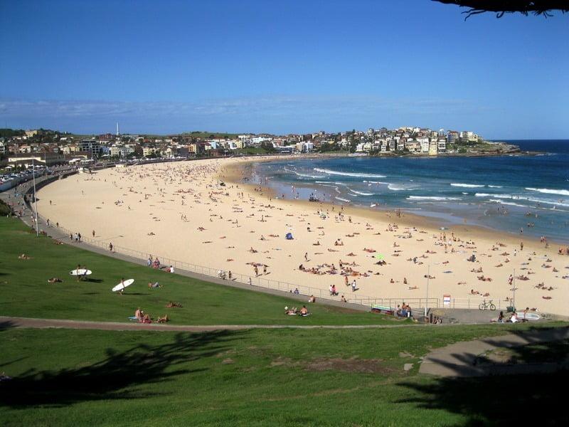 wisatawan berjemur di bondi beach, australia