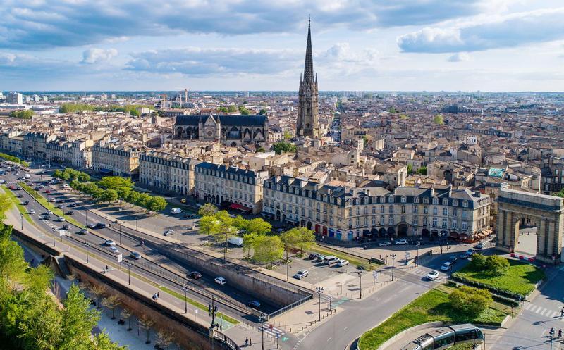pemandangan kota dan menara katedral/gereja di bordeaux, perancis