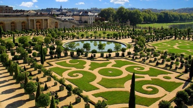 kebun yang tertata rapi di luar istana versailles, perancis