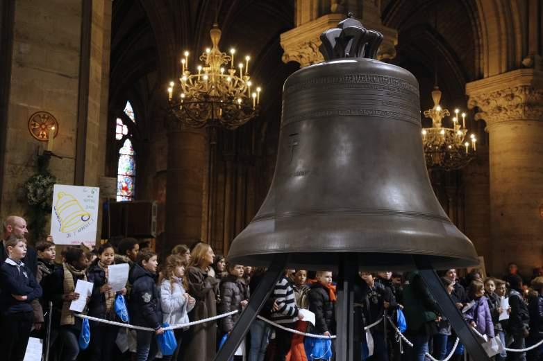 Lonceng Emmanuel Notre Dame saat dipamerkan, Paris, Perancis