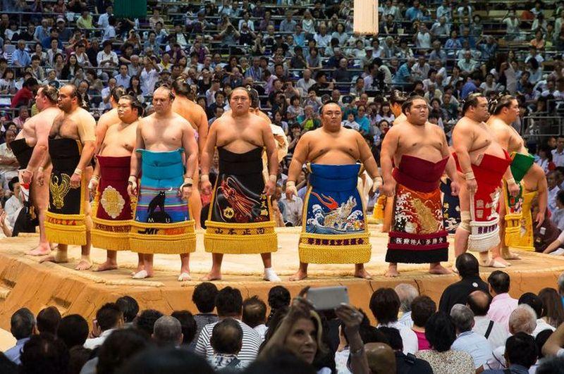 pegulat sumo memberi penghormatan ke penonton sebelum bertanding