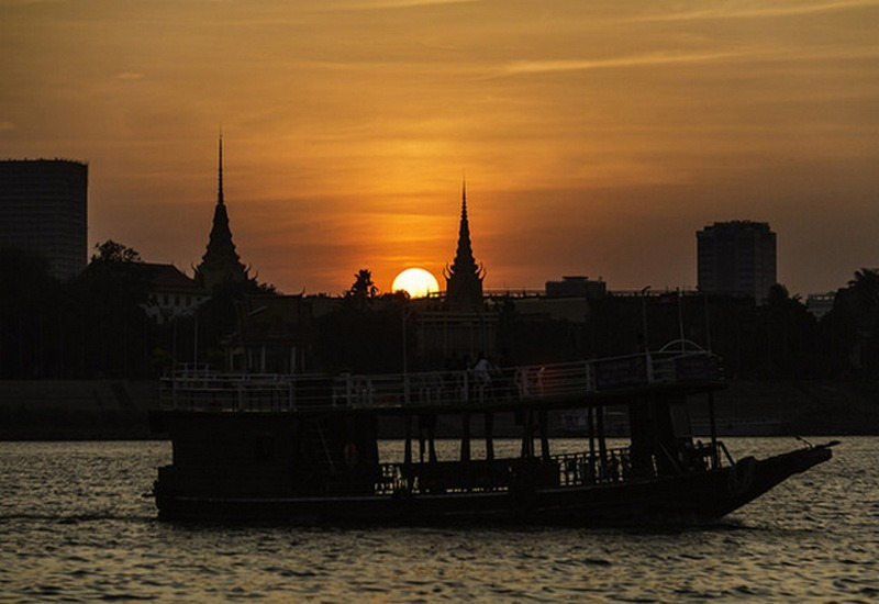 kapal berlayar di sungai mekong, kamboja, saat senja