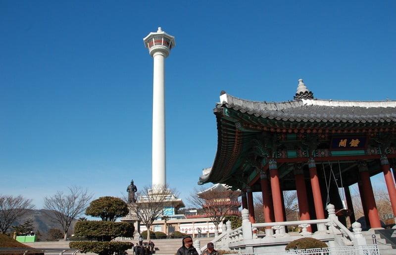 yongdusan park dengan menara menjulang, busan, korea selatan