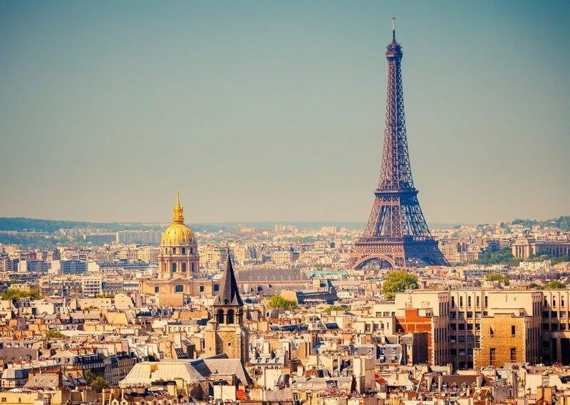 menara eiffel menjulang tinggi di tengah kota paris, perancis