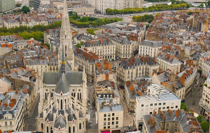 pemandangan menara gereja dan kota nantes dari ketinggian, perancis