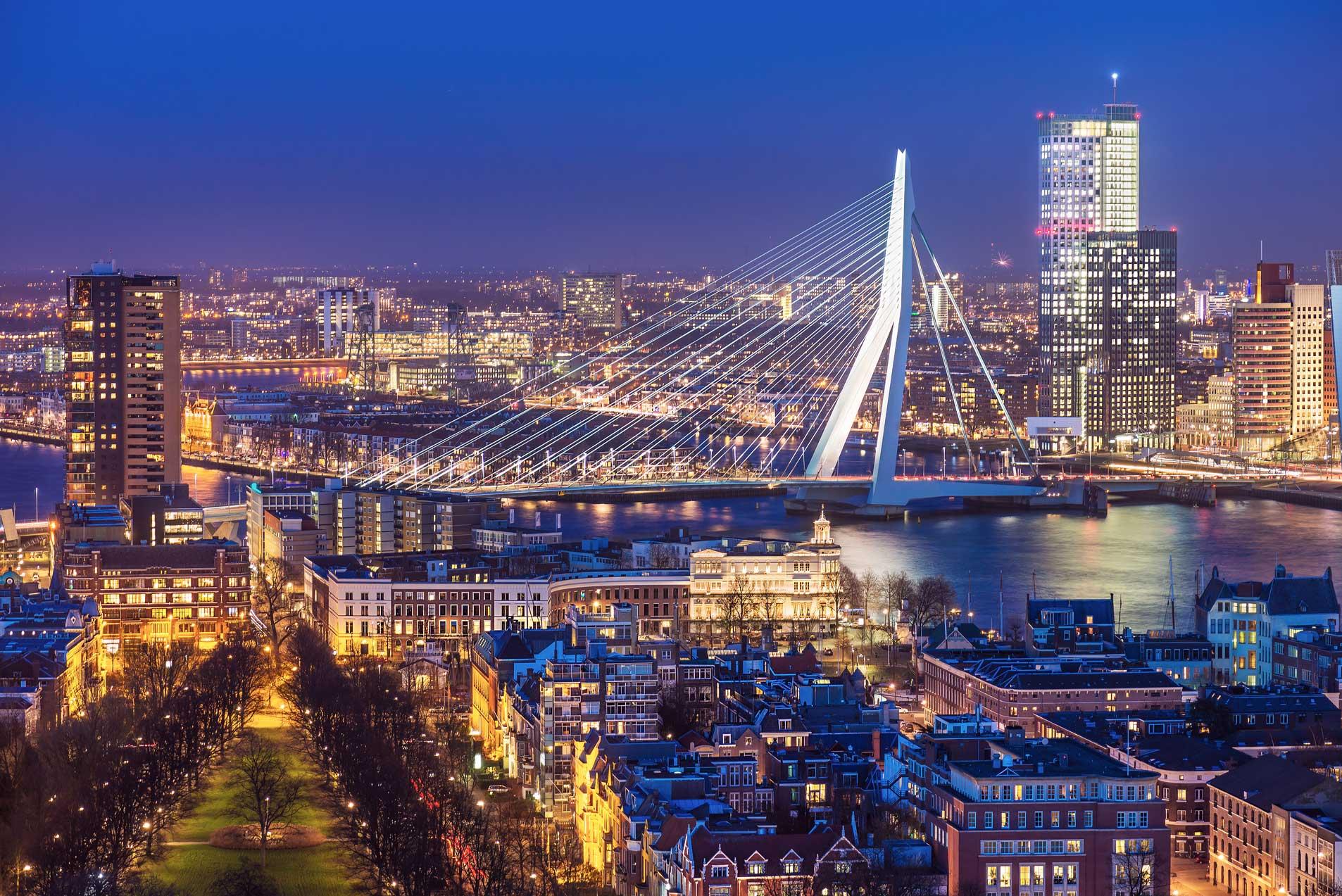 pemandangan jembatan dan kota rotterdam, belanda, dari ketinggian