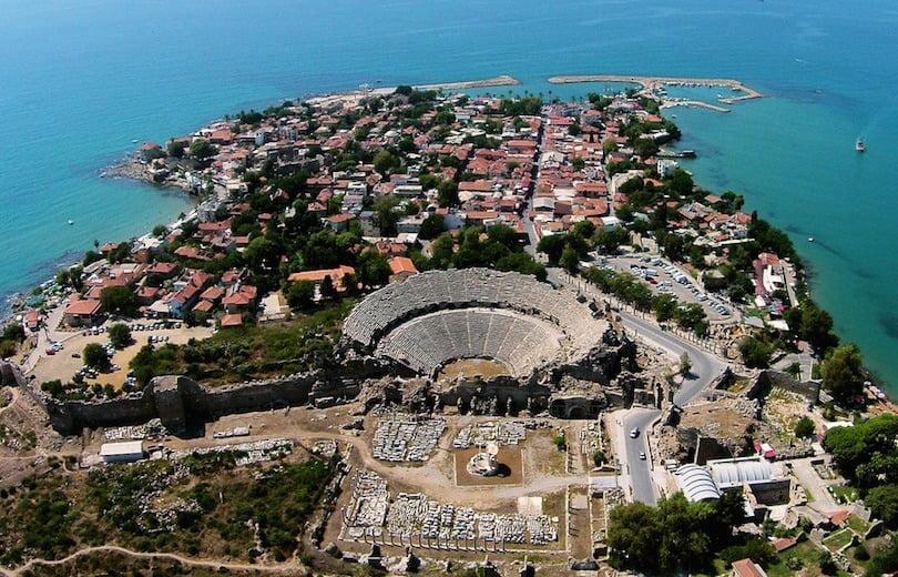 amfiteater kuno dan pemandangan kota side, turki, dari ketinggian