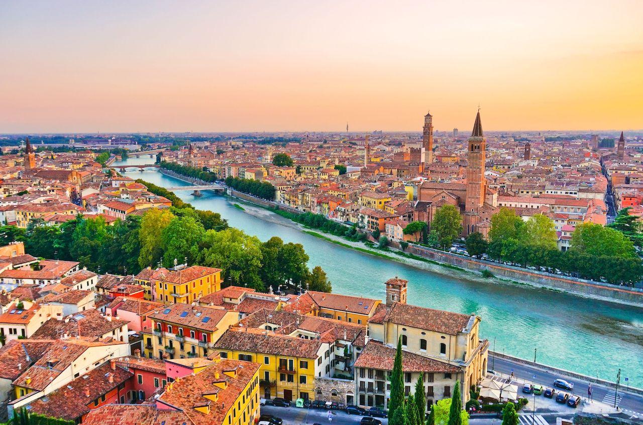 suasana kota dan sungai yang membelah verona, italia