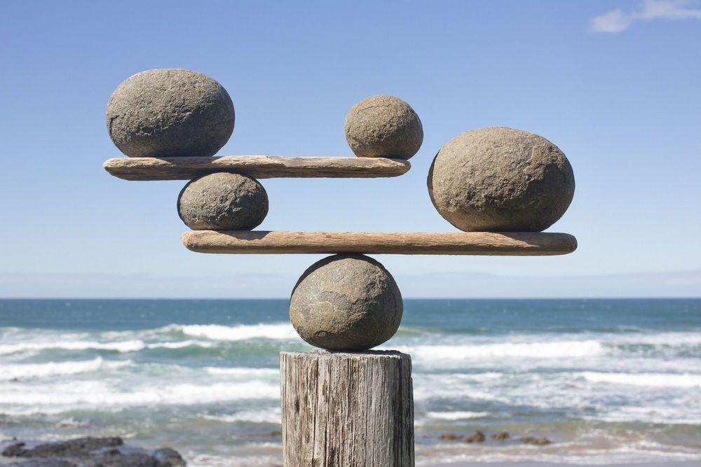 tumpukan batu yang tersusun seimbang