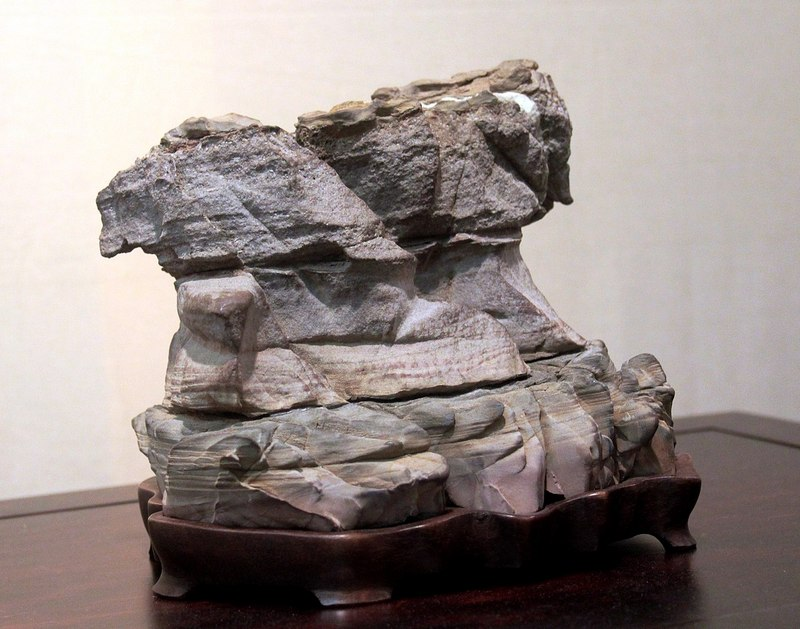 Batu Suiseki diletakkan di atas tatakan kayu (daiza)