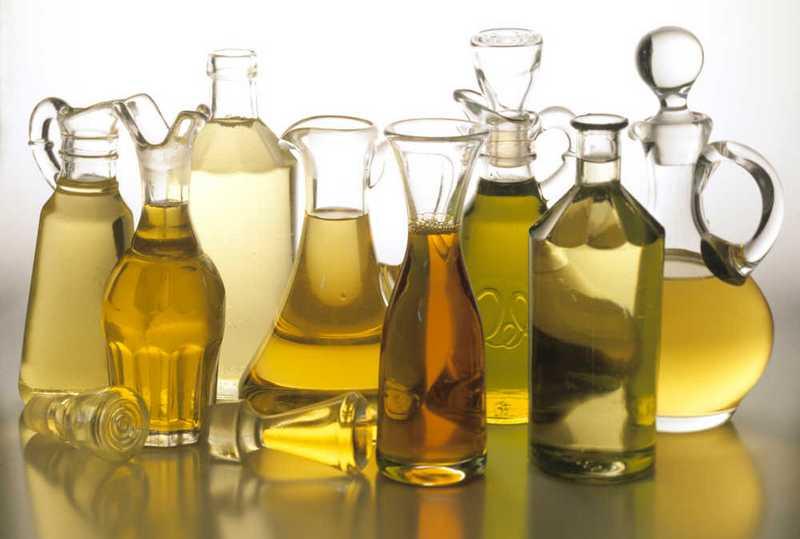 beberapa botol carrier oil (minyak pelarut) untuk essential oil (minyak atsiri) dari berbagai jenis