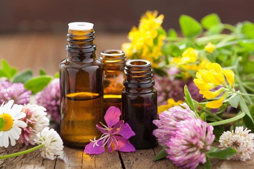 tiga botol berisi beberapa jenis essential oil