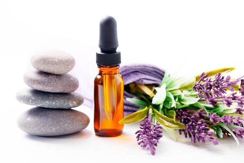 pipet dan botol lavender essential oil