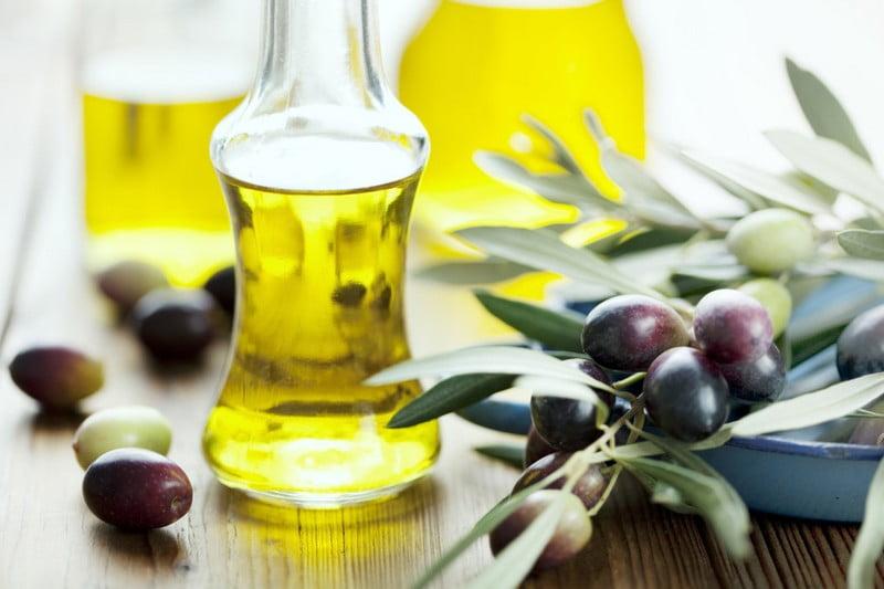 buah jojoba dan jojoba oil dalam bejana