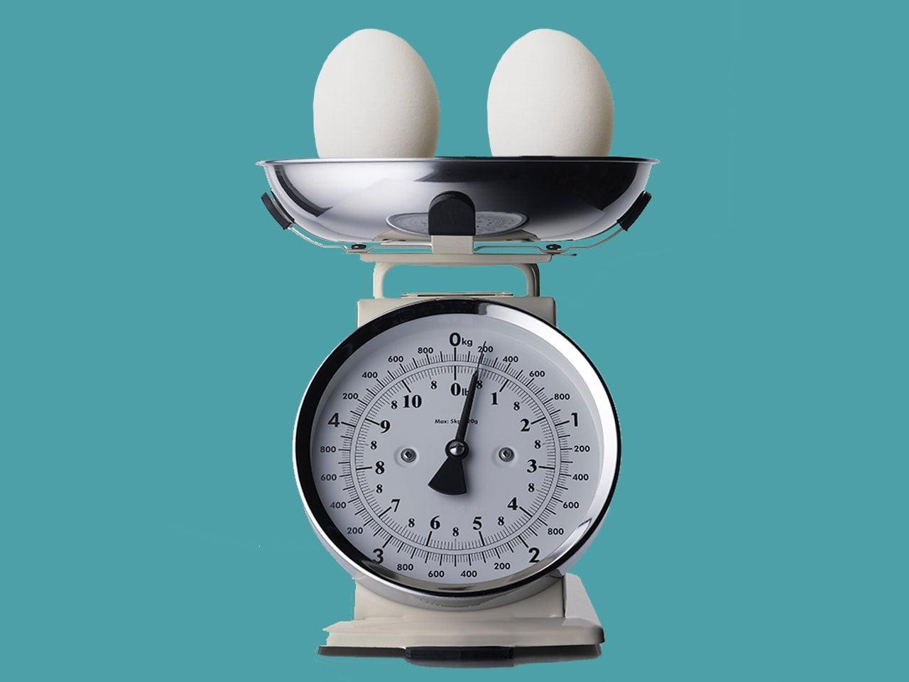 dua butir telur di atas timbangan