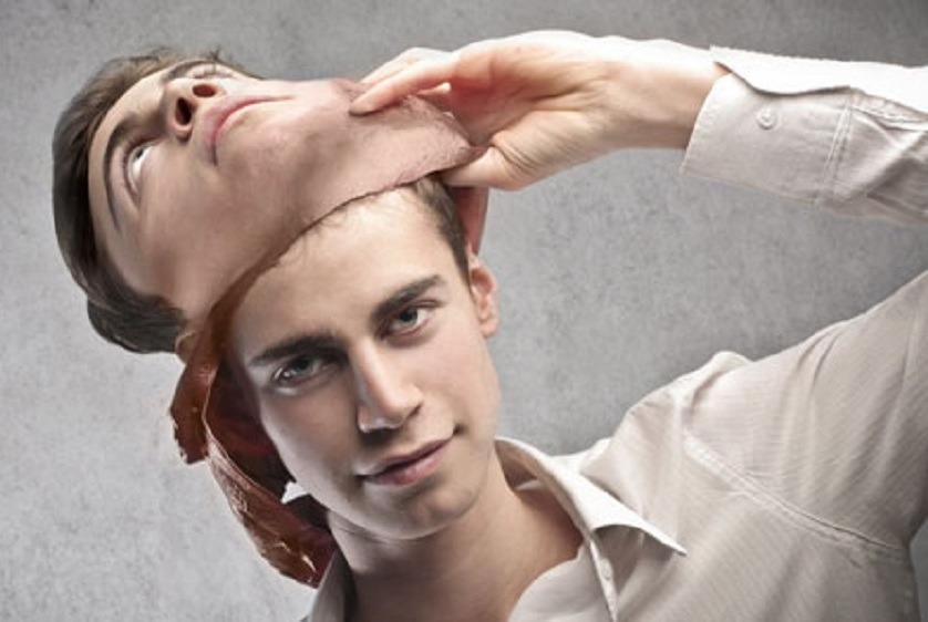 laki-laki melepas topeng kepribadian ganda
