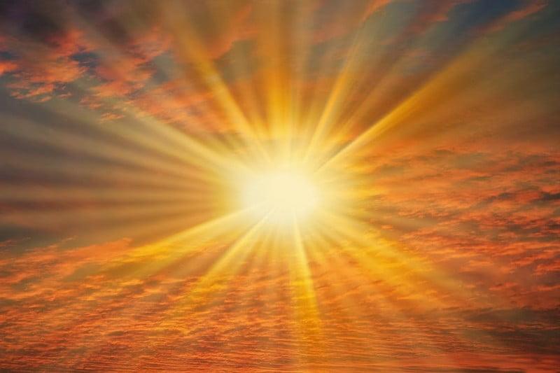sinar matahari memicu reaksi fototoksik pada sebagian essential oil (minyak atsiri)