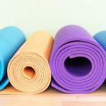 empat matras yoga warna-warni yang digulung rapi