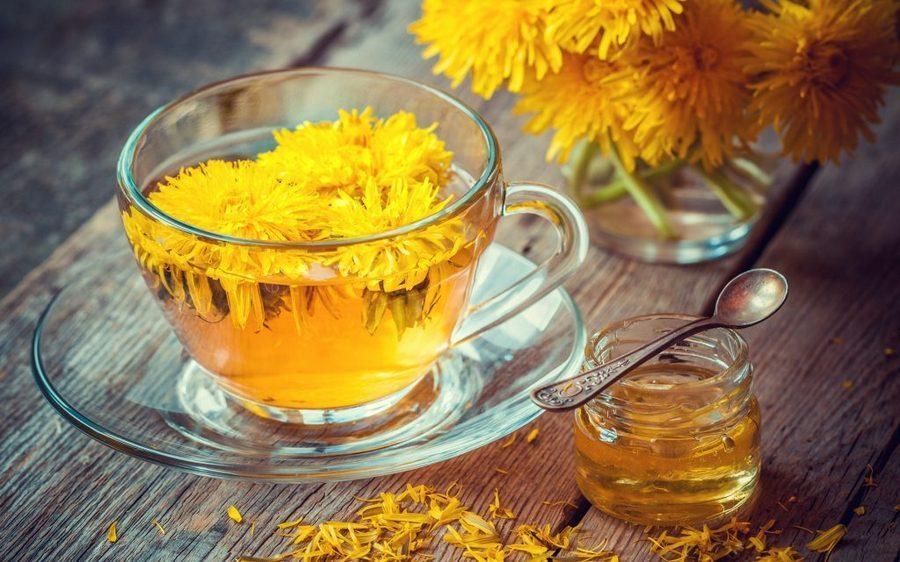 teh dandelion disajikan dalam cangkir bening