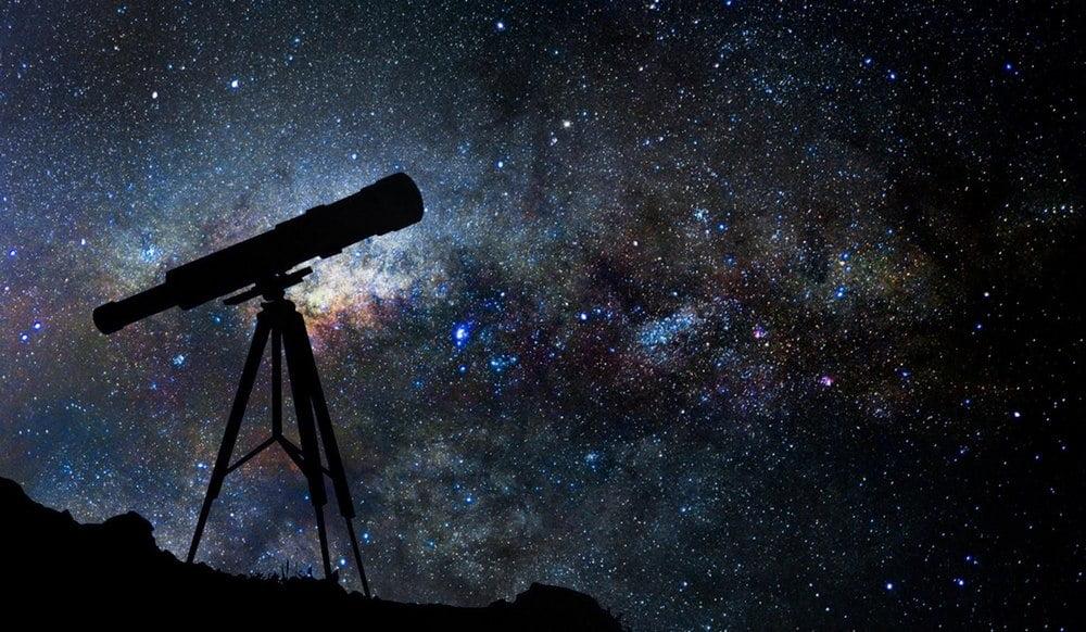 teleskop mengarah ke langit penuh bintang