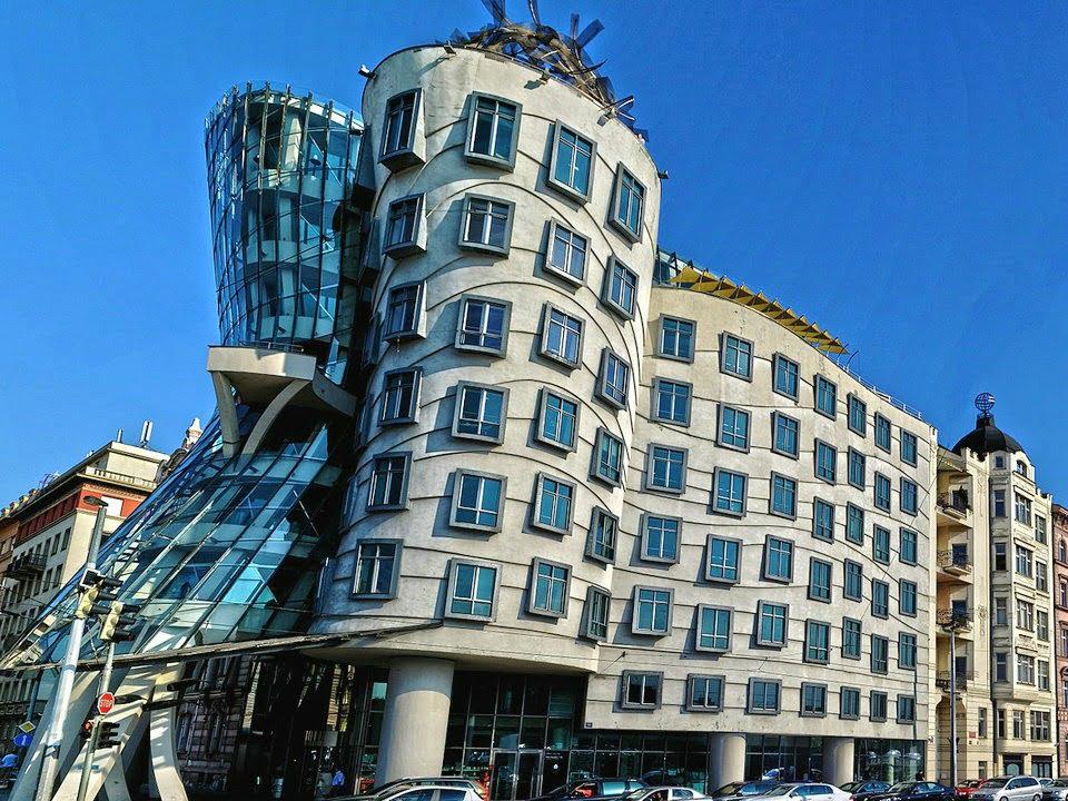 rancangan gedung unik hampir roboh postmodernisme