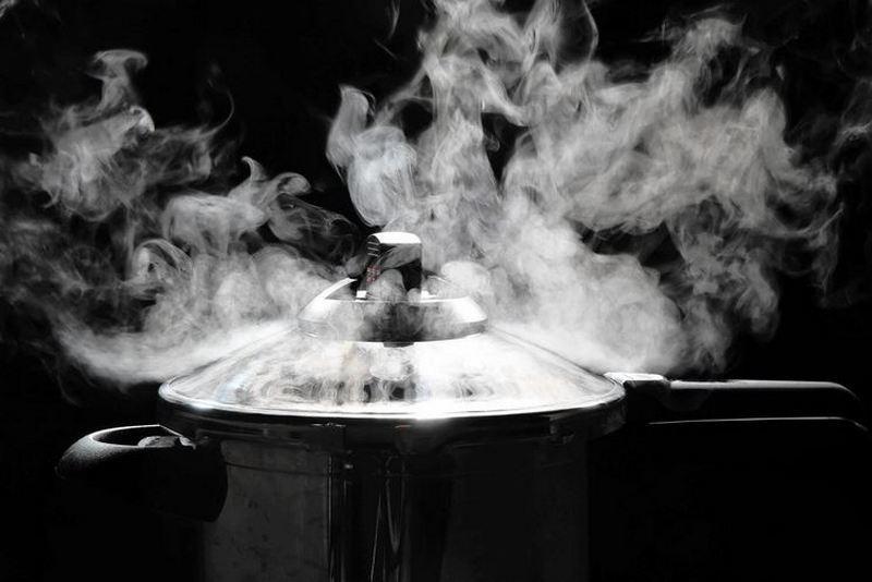 masakan di pressure cooker sedang mendidih