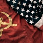 bendera uni sovyet dan amerika serikat melambangkan perang dingin